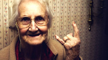 Yaşlandıkça insanların sesleri neden değişir?