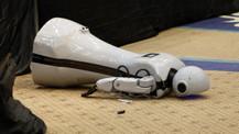 Antalya'da insansı robot sahneden düşüp parçalandı!