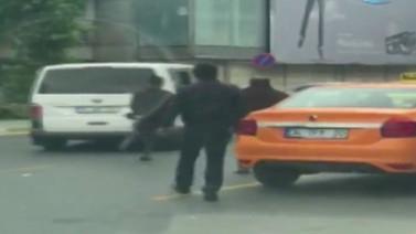 Uber aracına saldırı anı kameralarda (Video)