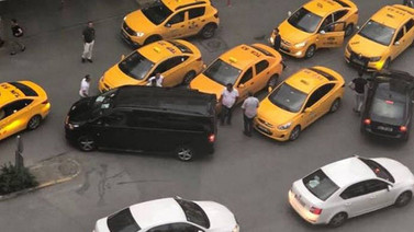 Uber sürücüsüne ve yolcularına taksici saldırısı!