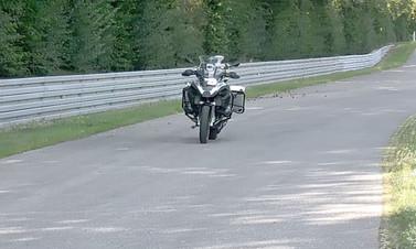 Bu motosikletin sürücüsü yok! (Video)