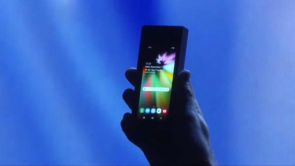 Samsung katlanabilir ekranlı telefonu gösterdi