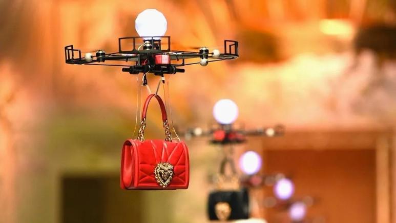 Dolce & Gabbana, defilesinde mankenler yerine drone kullandı!