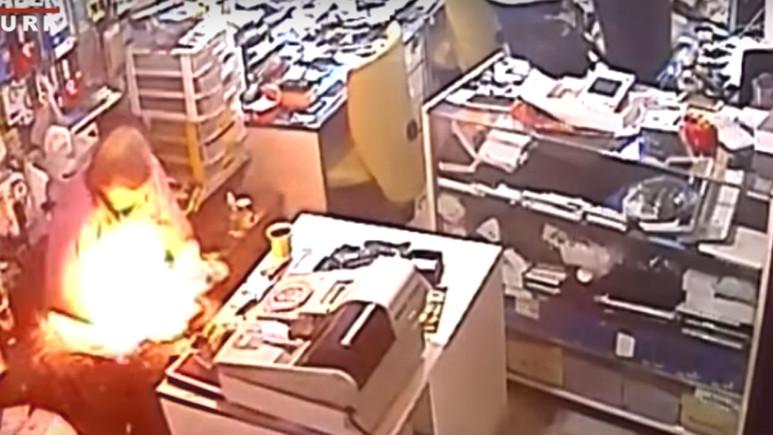 Telefon tamircinin elinde alev aldı (Video)