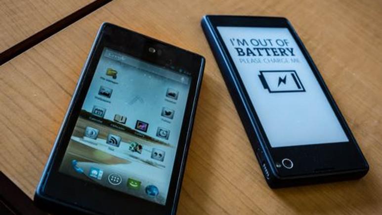 Çift ekranlı akıllı telefon YotaPhone geliyor!