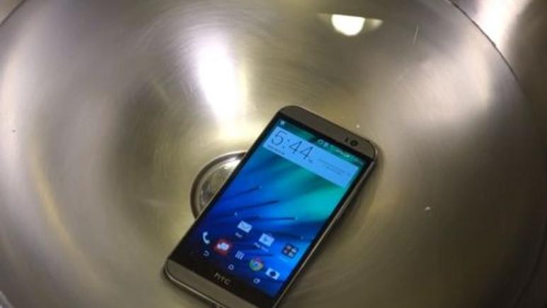 HTC One (M8) su geçirmez mi? Siz yinede denemeyin! (Video)