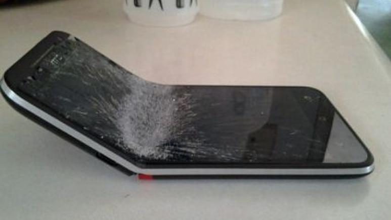 Sadece iPhone 6 eğilmiyor, işte eğilen akıllı telefonlar!