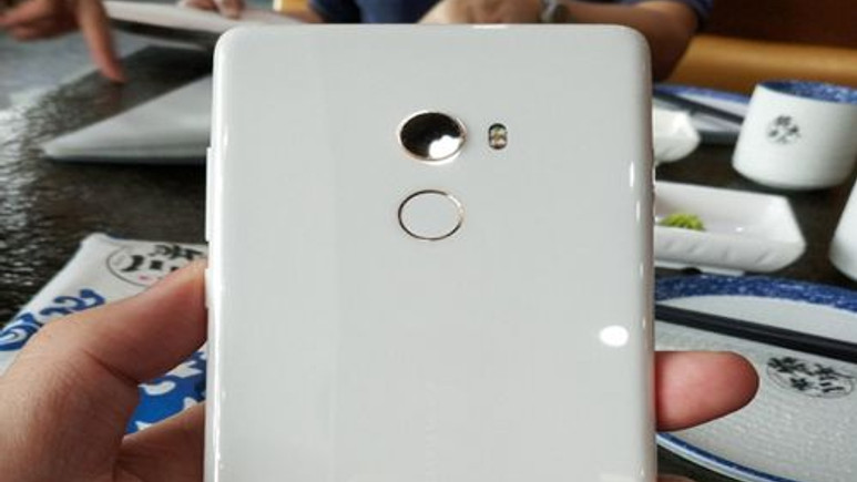 Xiaomi Mi Mix 2'in beyaz seramik sürümü oldukça etkileyci