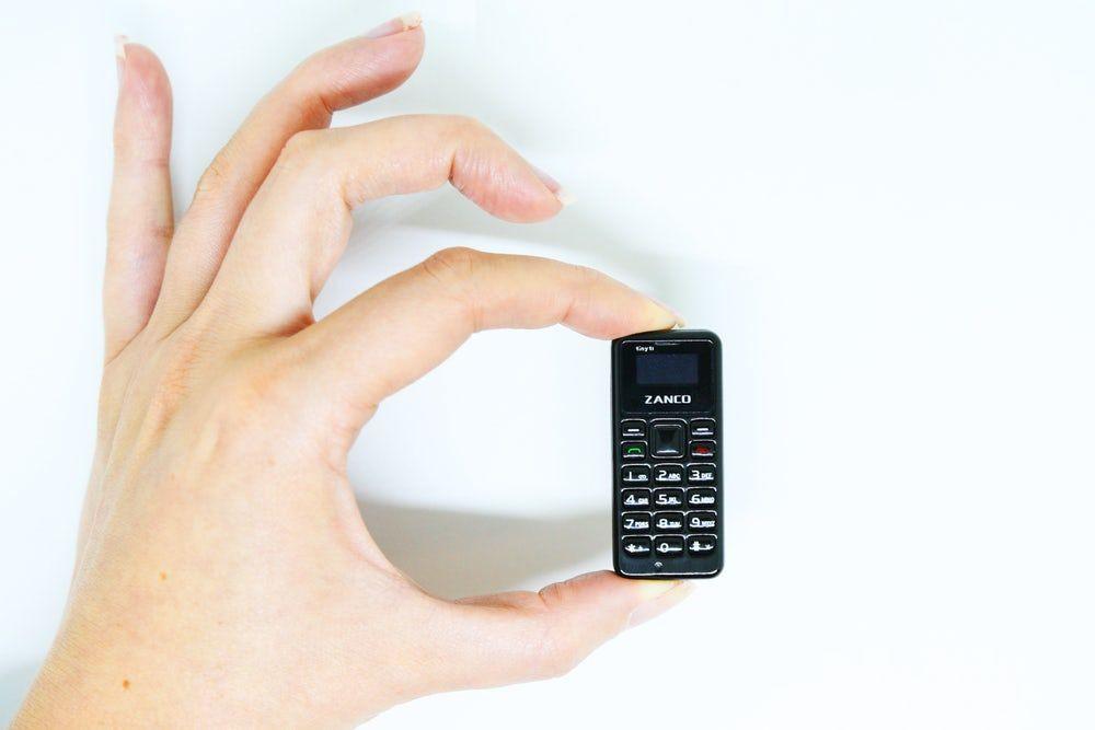 Dünyanın en küçük telefonu Tıny t1'in tüm resmi görüntüleri - Page 1