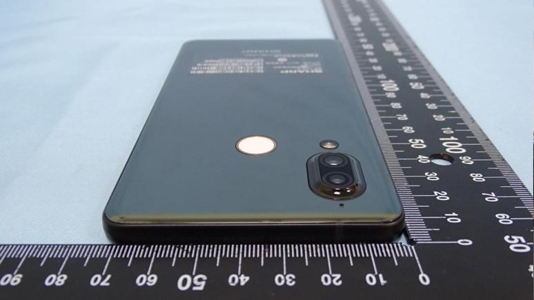 Sharp'ın yeni telefonunun canlı resimleri sızdırıldı