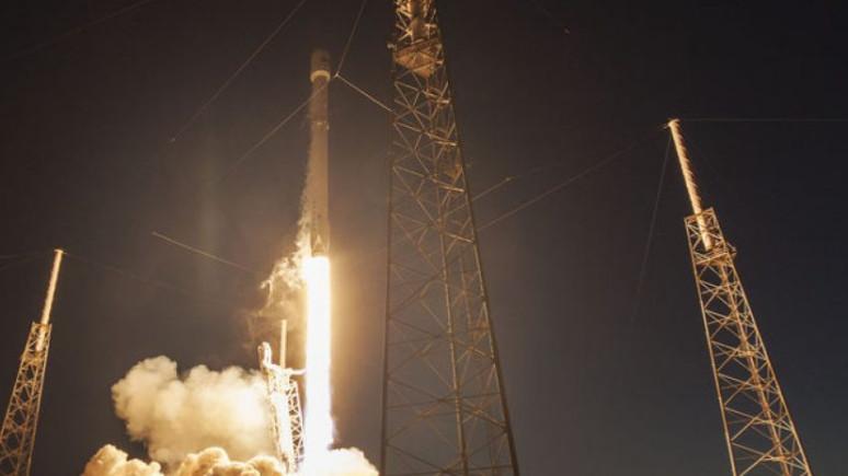 Roketle kendini uzaya fırlattı