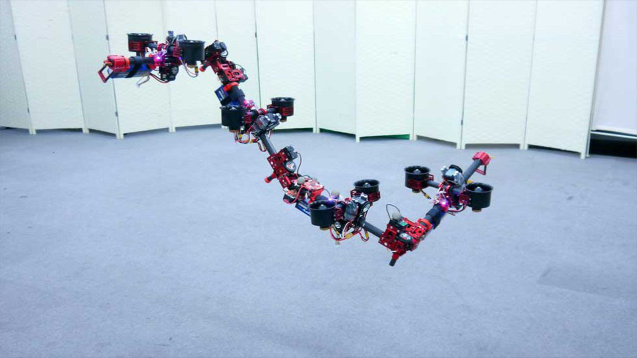 Uçan robot görenleri şaşırtıyor!