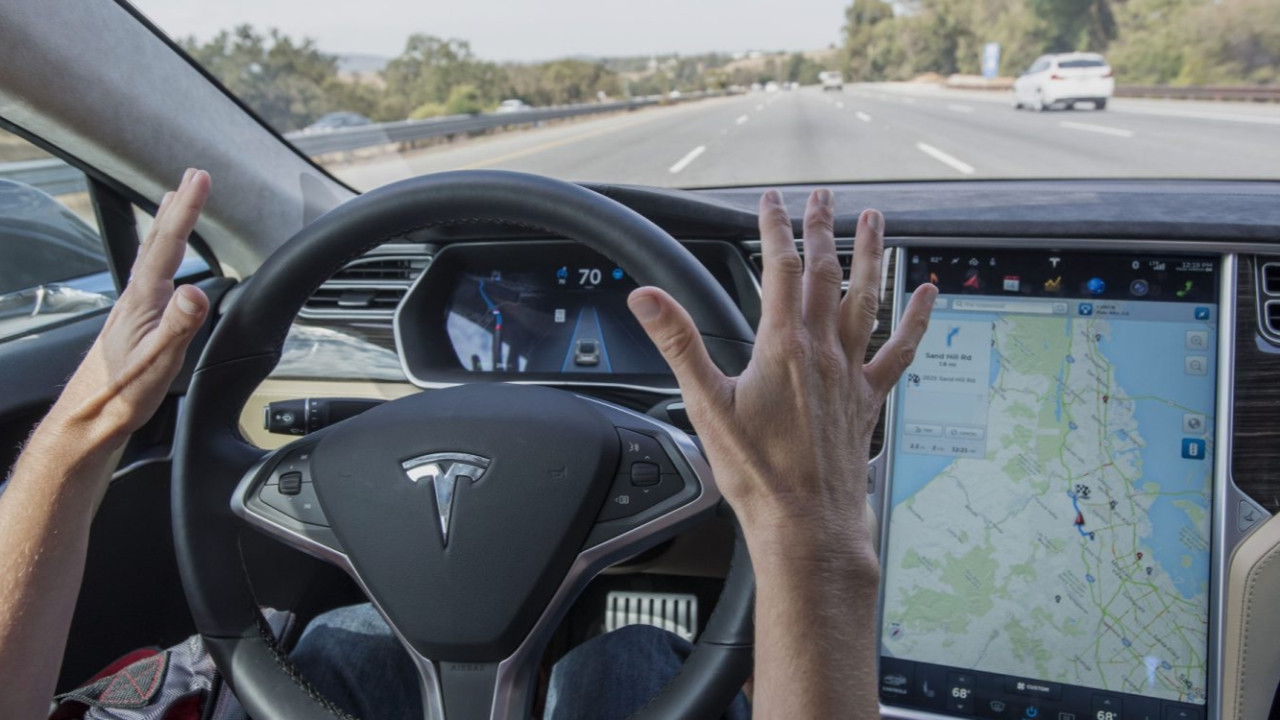 Sürücüsüz otomobil CES 2019'da robota çarptı!