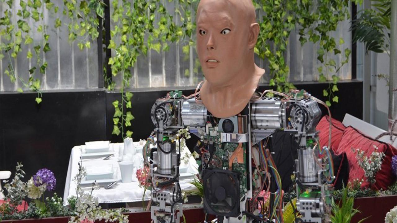 Konya'da üretilen insansı robota yüz nakli!