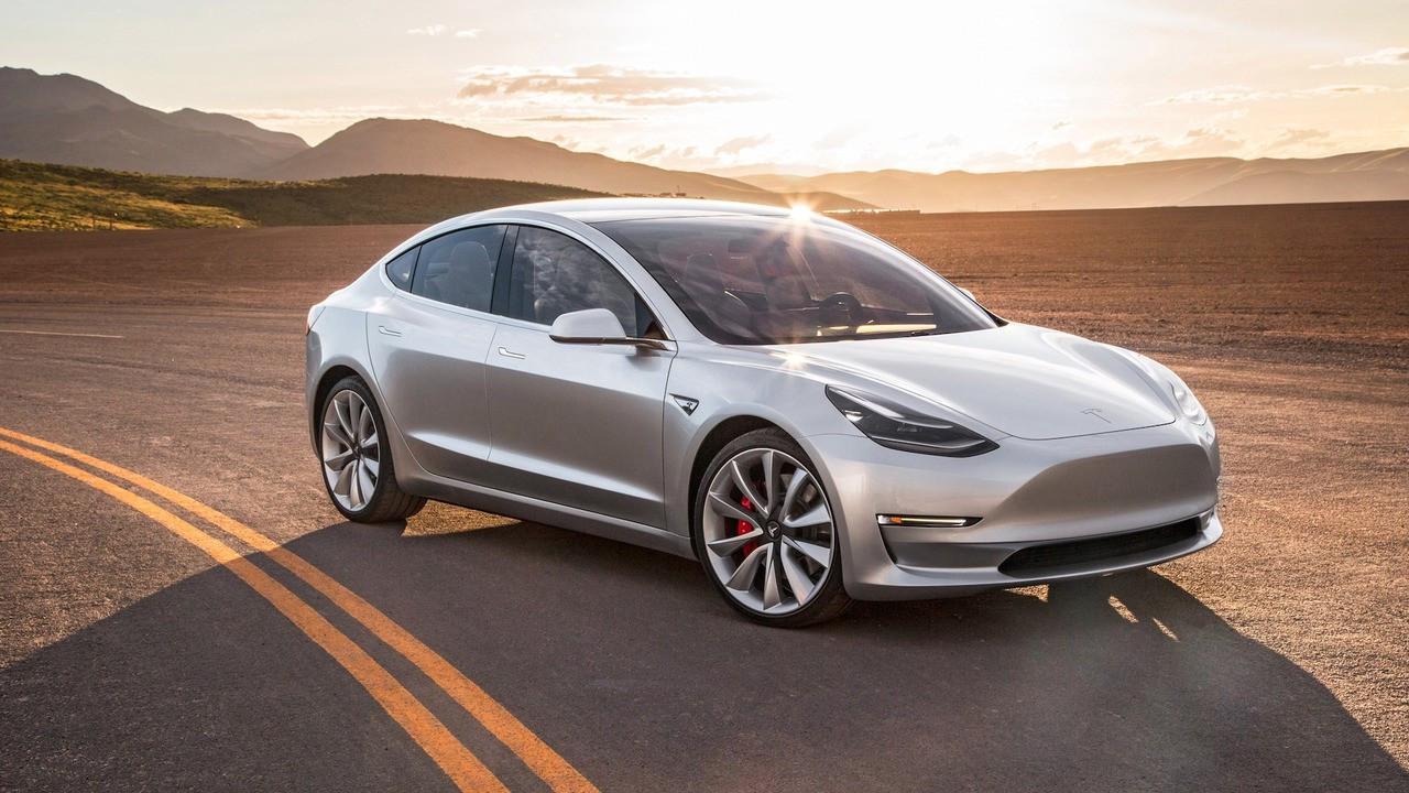 Tesla'dan sevindirici otomatik pilot açıklaması