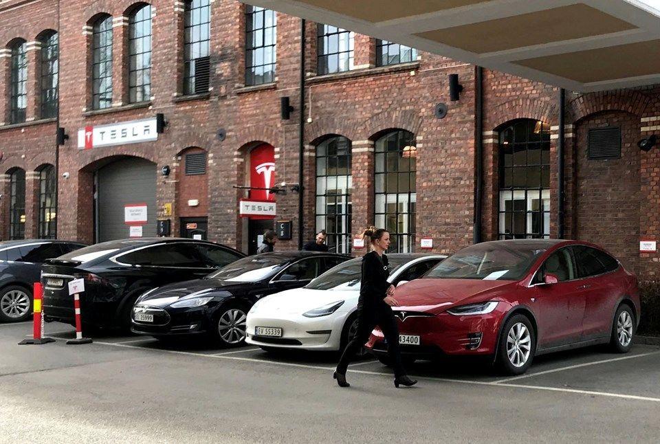 Tesla 2020'de sürücüsüz taksi hizmeti başlatacak! - Page 1