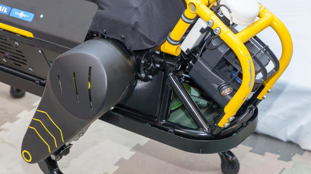 İtalyan robot köpek 3 tonluk uçağı böyle çekti! (video)