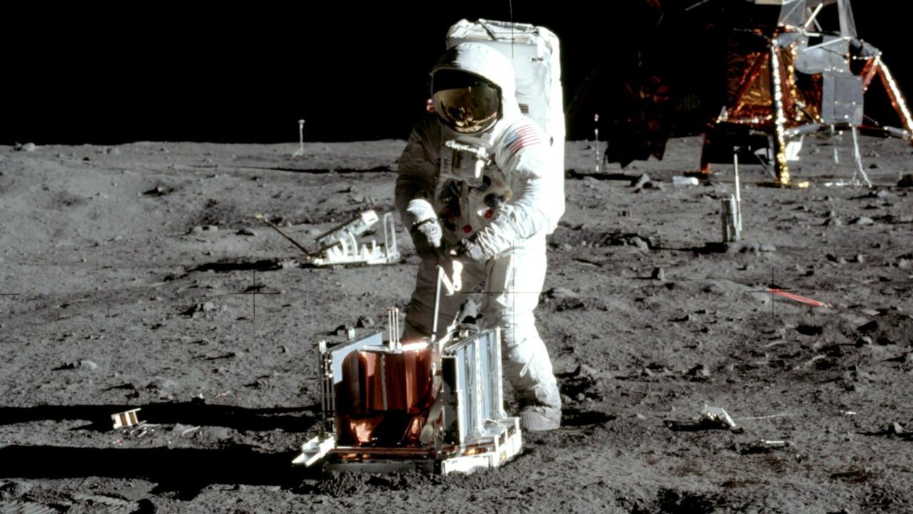 Ay'a ayak basılan anın görüntüleri satılığa çıkarılıyor!