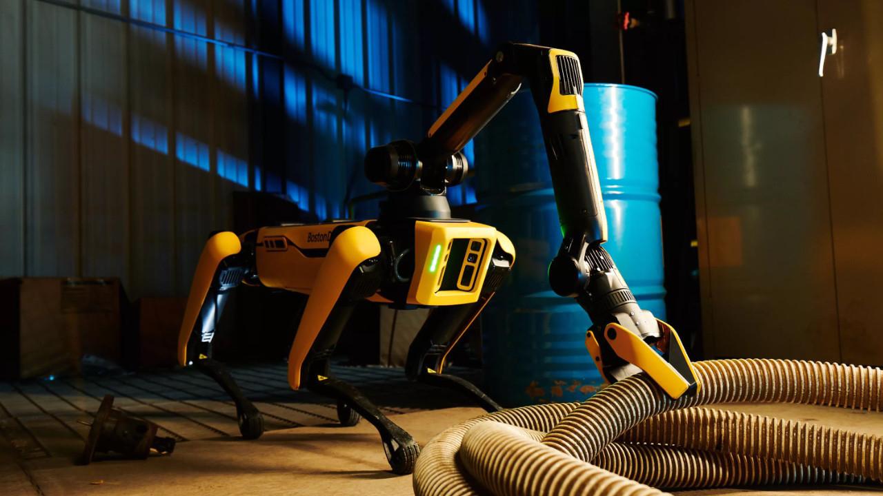 Boston Dynamics korkutmaya devam ediyor! Robotlar kendi şarj oluyor!
