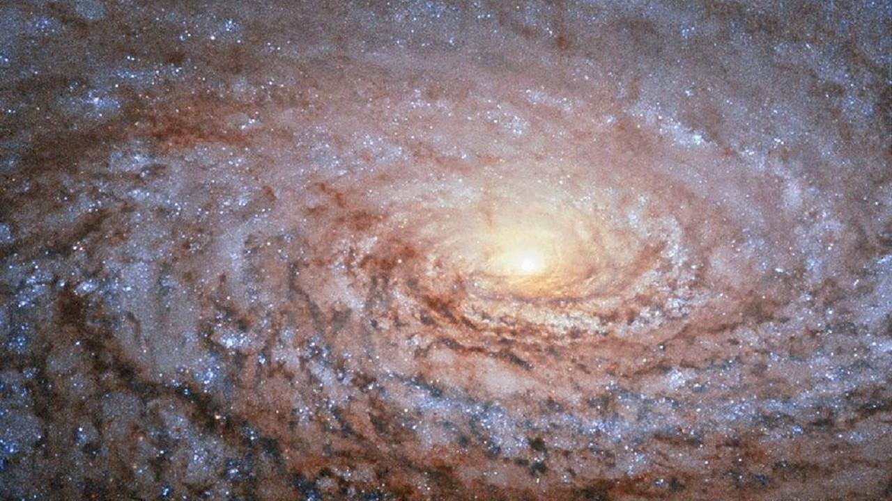 NASA 150 milyon ışık yılı uzaklıktaki galaksinin fotoğrafını paylaştı!