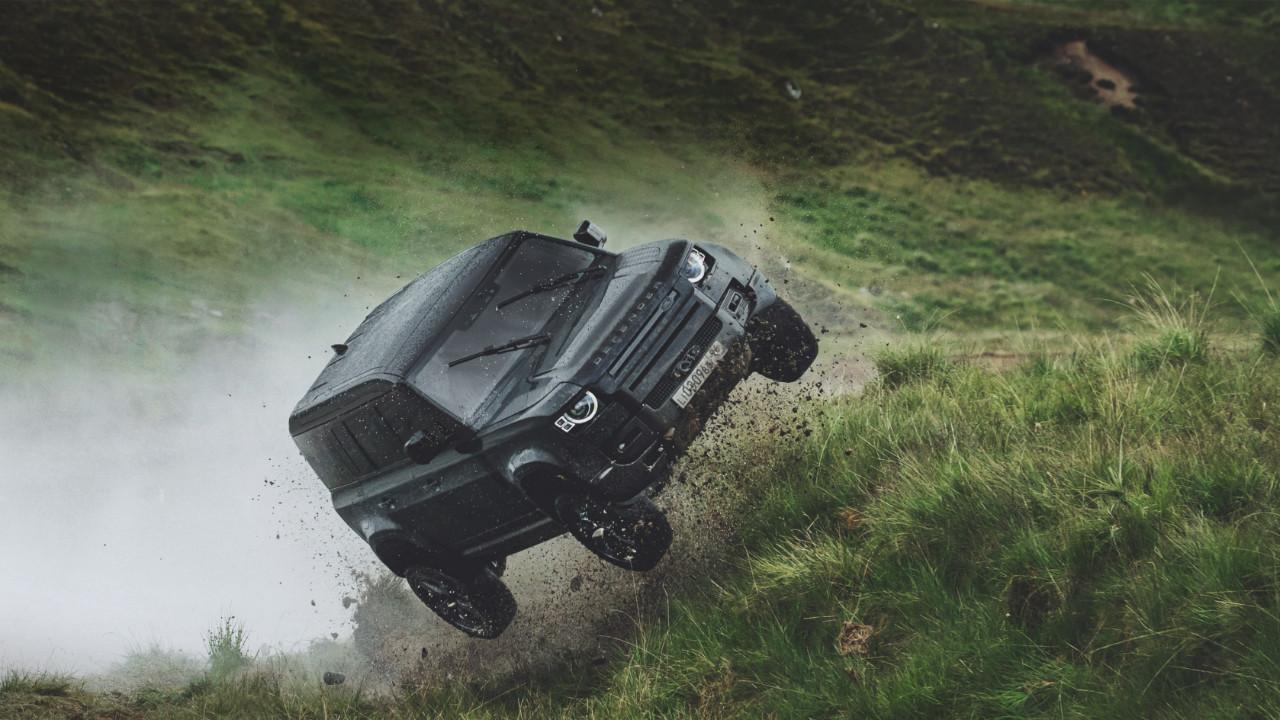 Yeni Land Rover Defender James Bond serisi ile buluştu