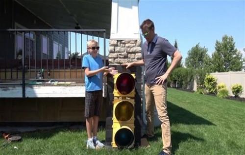 Bu defa bir trafik ışığını söküp içine baktılar