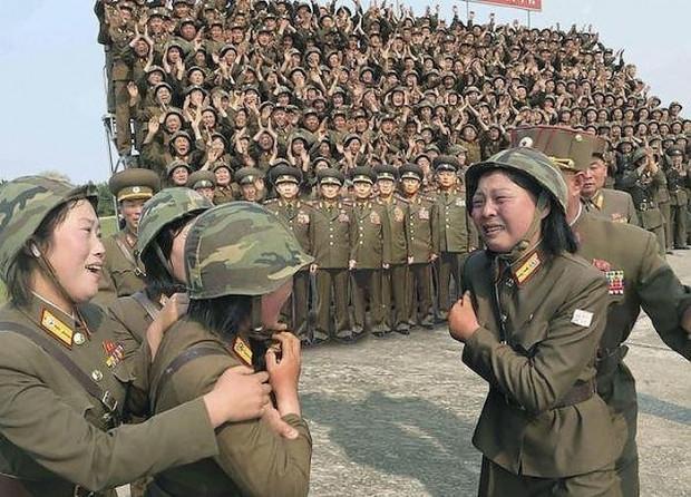 Kim Jong Un'un kadın askerlerle çekilen fotosuyla ilgili yapılmış en komik 17 Photoshop çalışması - Page 4