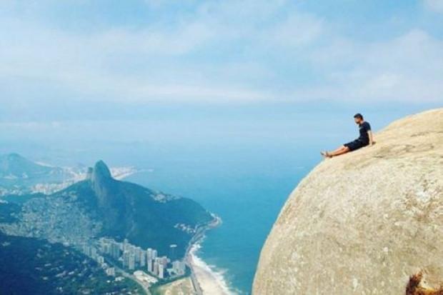 844 metre yükseklikteki kayalıklardan selfie çektiler - Page 1