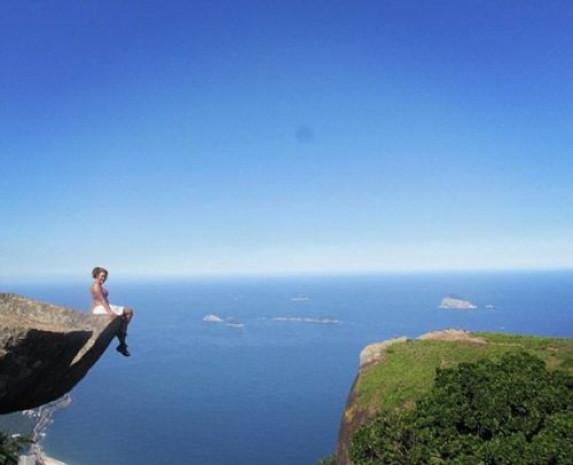 844 metre yükseklikteki kayalıklardan selfie çektiler - Page 4