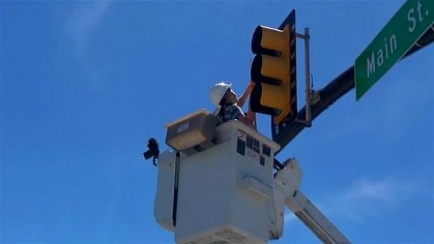 Bu defa bir trafik ışığını söküp içine baktılar - Page 2