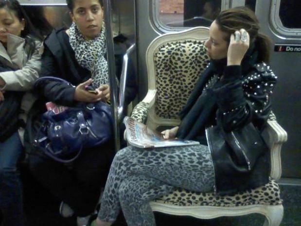Çevresindeki insanları iğne ucu kadar bile sallamayan 21 rahat metro yolcusu - Page 1