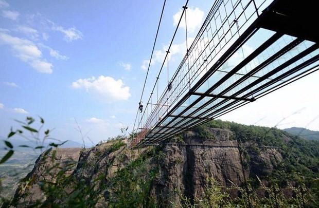 Çin dünyanın en uzun cam köprüsünü inşa etti - Page 4