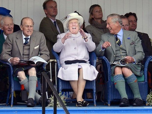 Donald Trump İngiltere Kraliçesi Elizabeth'e dönüştü - Page 1