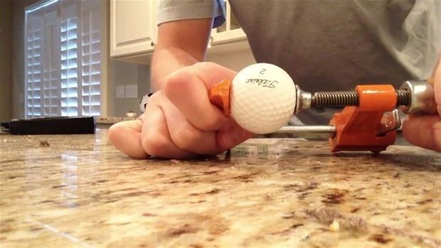 Golf topunu ikiye böldüler bakın içinden ne çıktı? - Page 1
