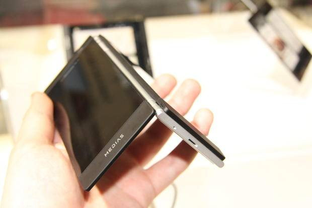 İşte çift ekranlı akıllı telefon: NEC Medias W - Page 2