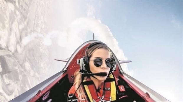 İşte ilk kadın akrobasi pilotu - Page 1