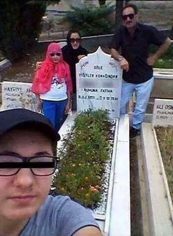 İşte yeni çılgınlık! Ölü insanlarla selfie! - Page 1