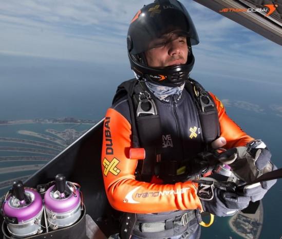 Jet motorlu kanatlarla Dubai'de uçan ilk insan - Page 4