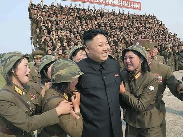 Kim Jong Un'un kadın askerlerle çekilen fotosuyla ilgili yapılmış en komik 17 Photoshop çalışması - Page 1