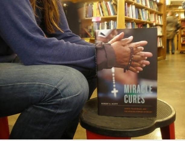 Kitap kapaklarını hayatlarına iliştirmiş insanların 15 eğlenceli fotoğrafı - Page 4