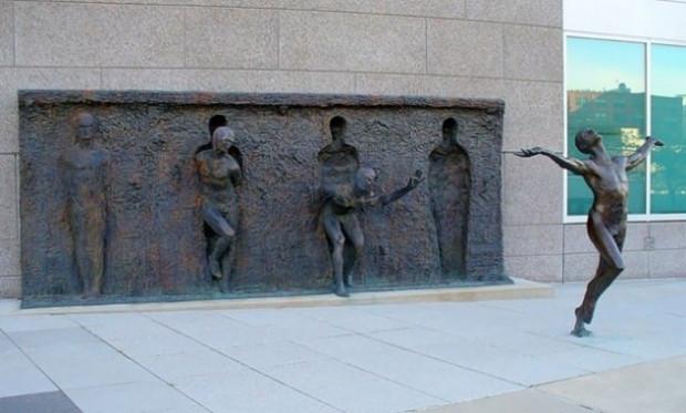 Korkutan gerçeklikte heykeller - Page 1