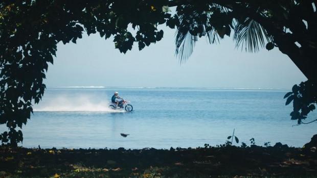 Motosiklet  ile dalgalarda sörf yaptı! - Page 3