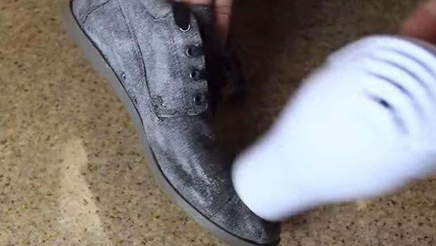 Mumla su geçirmez ayakkabı yaptı! - Page 4