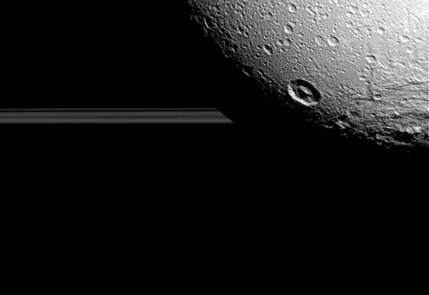 NASA, Dione'nin yeni fotoğraflarını yayınladı - Page 1