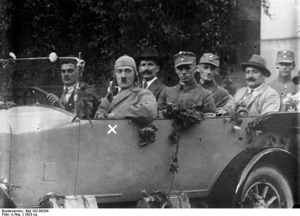 Nazi lideri Hitler'in ilk kez yayınlanan fotoğraf albümü - Page 1