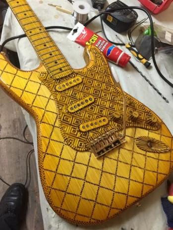 Sadece kibrit çöplerinden yapılan gitar - Page 2