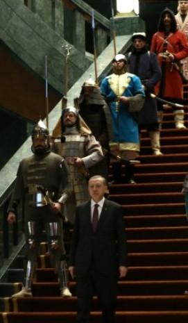 Saray'daki 16 asker neyi temsil ediyor? - Page 3