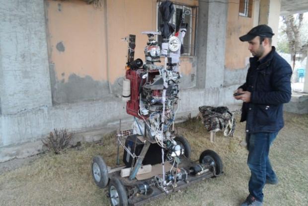 Tarlasına korkuluk değil robot yaptı - Page 2