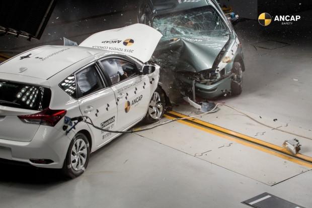 Toyota Corolla 2015 ve 1998 modeliyle farkını gösterdi - Page 1