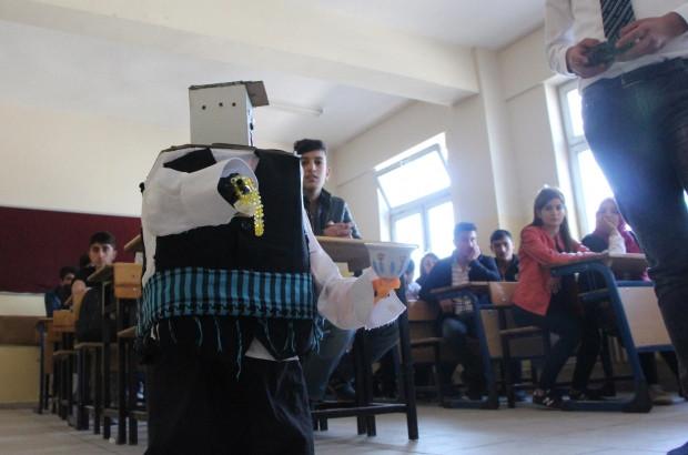 Yaptığı robota şalvar giydirip poşu da taktı - Page 2